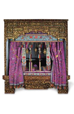 baba, bling, quai branly, musée du quai branly, exposition, singapour, signes extérieurs de richesse, haute société, objets, vase, jarre, pantoufles, mariés, bijoux, bagues, colliers, diamants