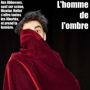 Seul sur les planches de la Manufacture des Abbesses, Nicolas Vannet écrit et joue Régis, un régisseur qui veut son quart d`heure de gloire.